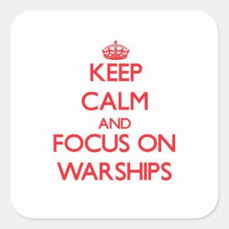 Guarde la calma y el foco en los buques de guerra calcomanías cuadradas personalizadas