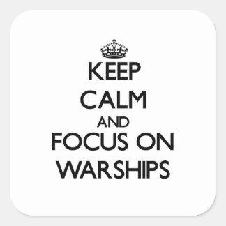 Guarde la calma y el foco en los buques de guerra calcomania cuadradas