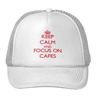 Guarde la calma y el foco en los cafés gorras de camionero