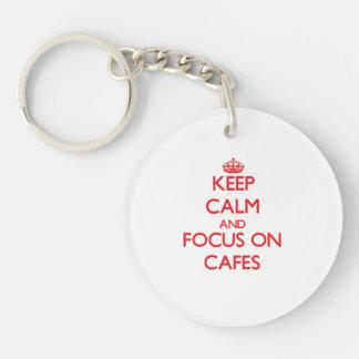 Guarde la calma y el foco en los cafés llavero redondo acrílico a una cara
