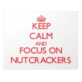 Guarde la calma y el foco en los cascanueces blocs de notas