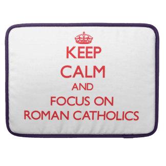 Guarde la calma y el foco en los católicos romanos funda para macbooks