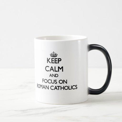 Guarde la calma y el foco en los católicos romanos taza de café