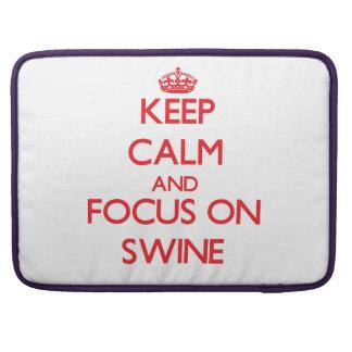 Guarde la calma y el foco en los cerdos funda macbook pro