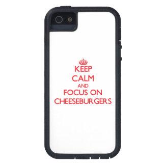 Guarde la calma y el foco en los cheeseburgers iPhone 5 cárcasa