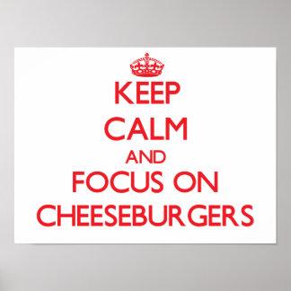 Guarde la calma y el foco en los cheeseburgers póster