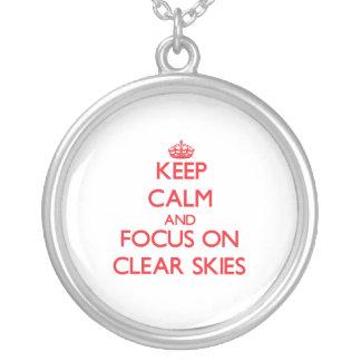Guarde la calma y el foco en los cielos claros collares personalizados