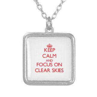 Guarde la calma y el foco en los cielos claros pendiente personalizado