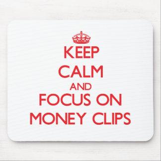 Guarde la calma y el foco en los clips del dinero alfombrillas de ratones
