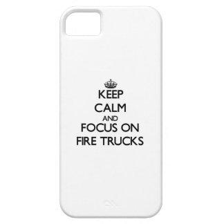 Guarde la calma y el foco en los coches de bombero iPhone 5 Case-Mate protectores