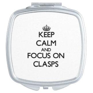 Guarde la calma y el foco en los corchetes espejo compacto