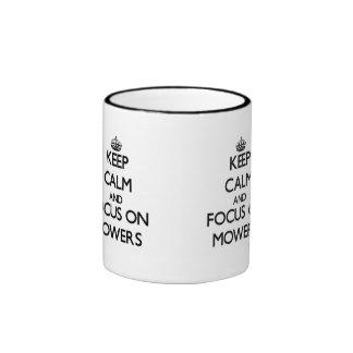 Guarde la calma y el foco en los cortacéspedes taza