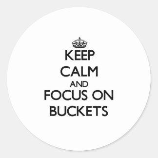 Guarde la calma y el foco en los cubos etiquetas redondas