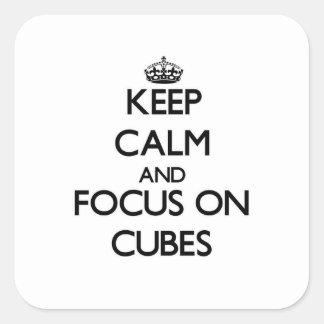 Guarde la calma y el foco en los cubos pegatina cuadrada