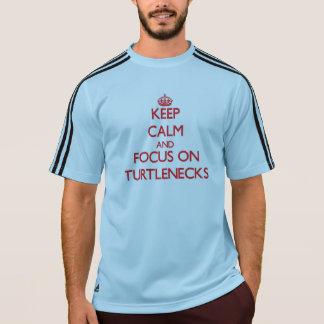 Guarde la calma y el foco en los cuellos altos camiseta