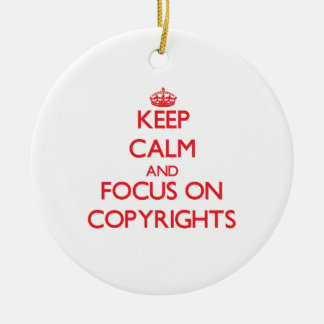 Guarde la calma y el foco en los derechos adorno navideño redondo de cerámica