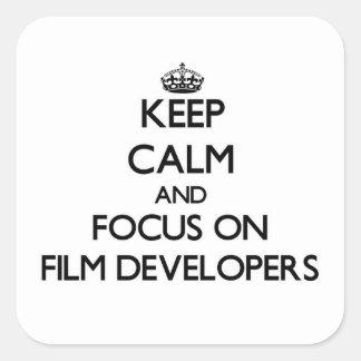 Guarde la calma y el foco en los desarrolladores pegatina cuadrada