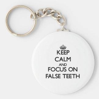 Guarde la calma y el foco en los dientes falsos llaveros