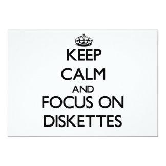 Guarde la calma y el foco en los disquetes invitación 12,7 x 17,8 cm
