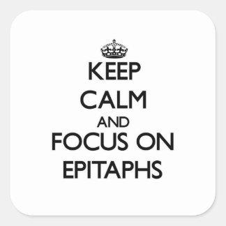 Guarde la calma y el foco en los EPITAFIOS Calcomanías Cuadradas
