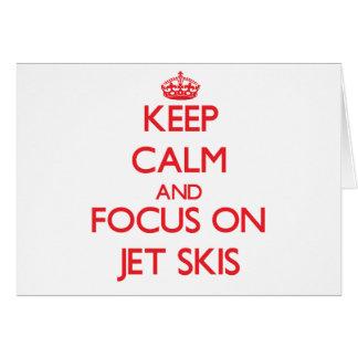 Guarde la calma y el foco en los esquís del jet tarjeta de felicitación