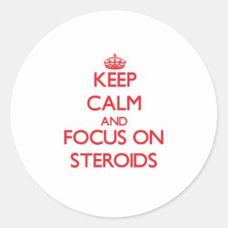 Guarde la calma y el foco en los esteroides pegatinas redondas