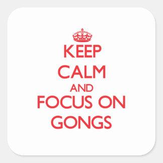Guarde la calma y el foco en los gongos calcomanía cuadrada