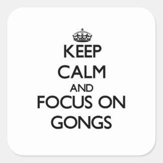 Guarde la calma y el foco en los gongos pegatinas cuadradas