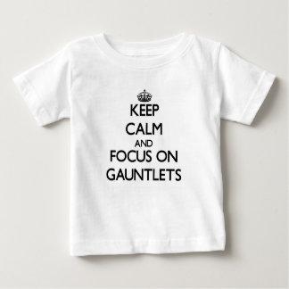 Guarde la calma y el foco en los guanteletes camisetas