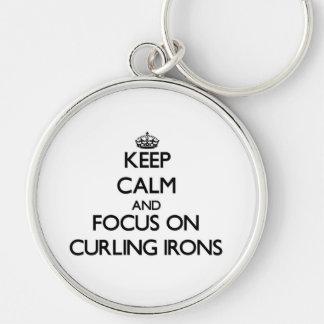 Guarde la calma y el foco en los hierros que se llavero redondo plateado