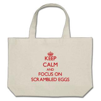 Guarde la calma y el foco en los huevos revueltos bolsas