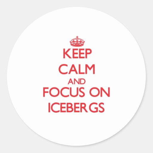 Guarde la calma y el foco en los icebergs etiquetas redondas