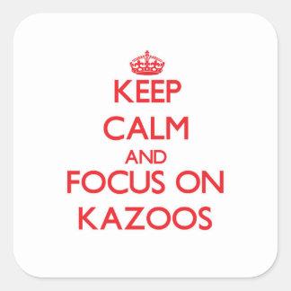 Guarde la calma y el foco en los Kazoos Pegatina Cuadrada