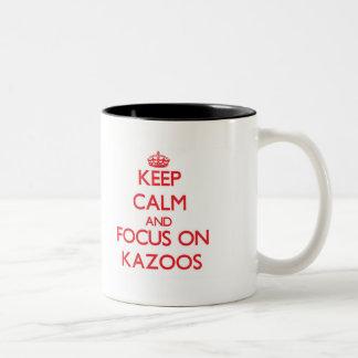Guarde la calma y el foco en los Kazoos Taza Dos Tonos