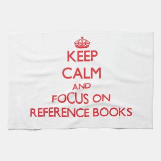 Guarde la calma y el foco en los libros de consult