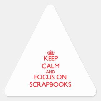 Guarde la calma y el foco en los libros de pegatina triangulo