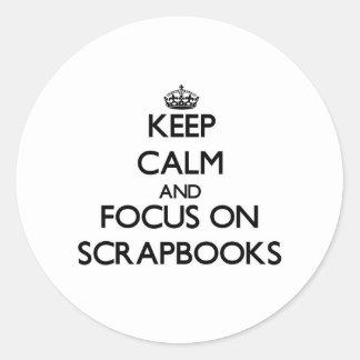Guarde la calma y el foco en los libros de pegatinas redondas