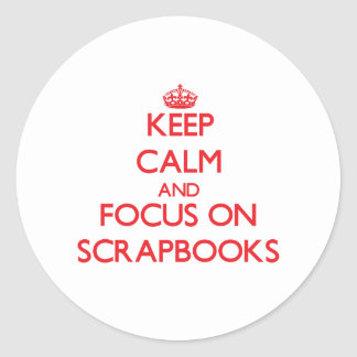 Guarde la calma y el foco en los libros de etiqueta redonda