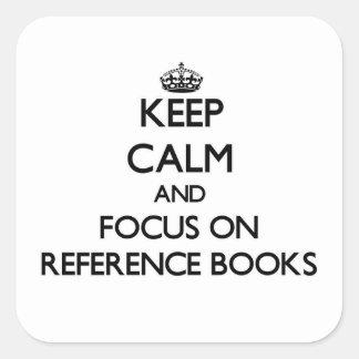 Guarde la calma y el foco en los libros de pegatina cuadrada