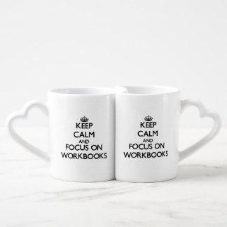 Guarde la calma y el foco en los libros de trabajo tazas para parejas