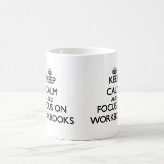 Guarde la calma y el foco en los libros de trabajo taza