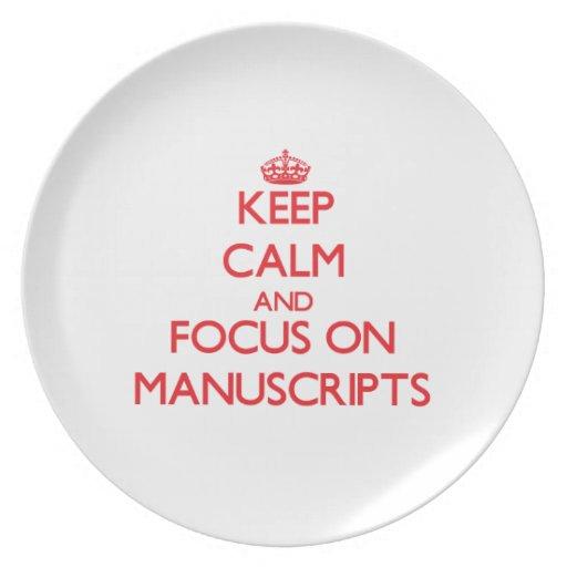 Guarde la calma y el foco en los manuscritos plato para fiesta