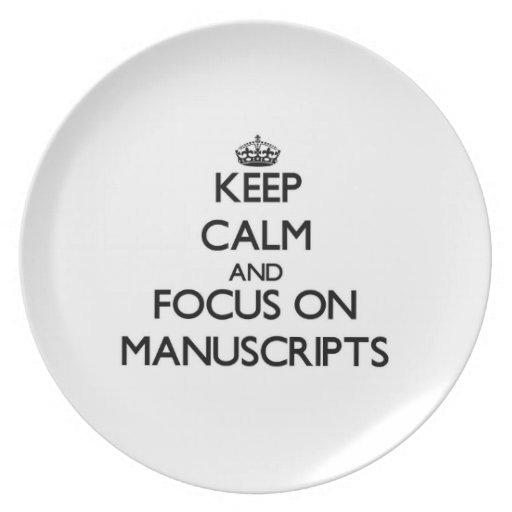 Guarde la calma y el foco en los manuscritos plato de comida