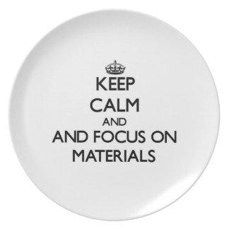 Guarde la calma y el foco en los materiales plato para fiesta