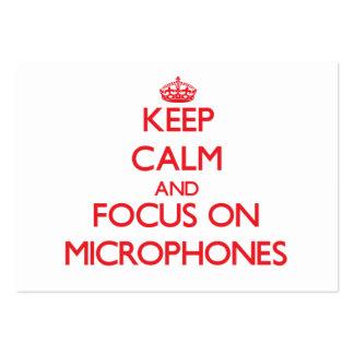Guarde la calma y el foco en los micrófonos tarjetas de visita grandes