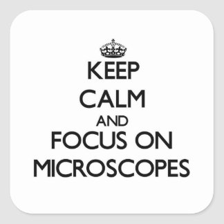 Guarde la calma y el foco en los microscopios pegatina cuadrada