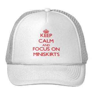 Guarde la calma y el foco en los Miniskirts Gorras