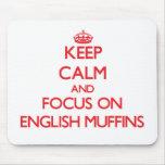 Guarde la calma y el foco en los molletes ingleses tapete de ratones