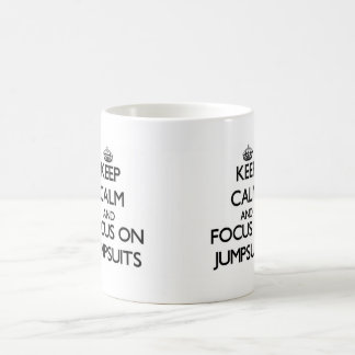 Guarde la calma y el foco en los monos taza básica blanca