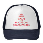 Guarde la calma y el foco en los paneles solares gorro de camionero
